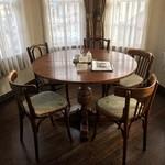 60432726 - 奥の5人掛け丸テーブル