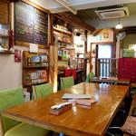 CAFE NADI - バリなお店の内観。ゆるすぎず、気持ちのいい湿度感がある。