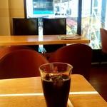 マンガッタンカフェ えき - マンガッタンカフェ えき@石巻 アイスコーヒー 停車中の電車が見える