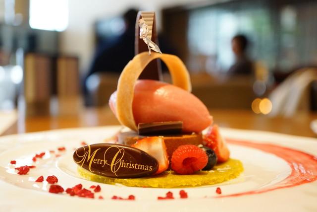 グランド キッチン - Christmas Lunch チョコレートムースとピスタチオのコンストラクション、ヨーグルトとミックスベリーソルベ