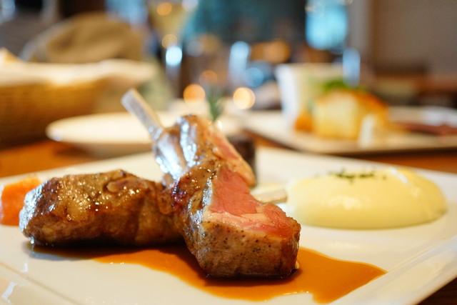 グランド キッチン - Christmas Lunch 仔羊の骨付背肉のロースト、ローズマリー風味のジュとジャガイモのピューレ