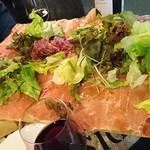 ワインの酒場。ディプント - 生ハムとサラミのてんこ盛り