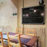 タベルトマル二条城 okatte - 店内の一角。禁煙