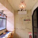 タベルトマル二条城 okatte - 窓際カウンターの空間。禁煙