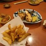 木村屋本店 - お通しのブリカマ・フライドポテト・手羽先