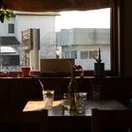 シェルズ キッチン - 優しく光さす窓際席。