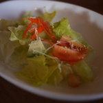 シェルズ キッチン - パスタにセットのサラダ。