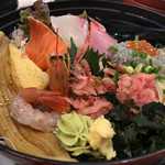 とびっちょ - ★★★☆ とびっちょ丼。生しらすたっぷり。新鮮刺身と酢飯の間には千切り生野菜が敷かれていて、食感もいいです。