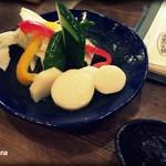 串焼炉端 三代目 巌流 - お通し 一人400円。生野菜盛り合わせ。おかわり可。