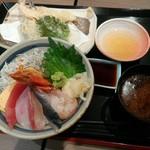 漁港めし家 牧原鮮魚店 - 仲買の海鮮丼と天ぷらセット ¥1080