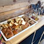 Cafe U8 - パン食べ放題のブッフェ台