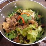 ベトナム料理クアンコム11 - 牛肉とハーブのグリーンサラダ