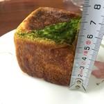 60480716 - キューブ型のパンは色々あります