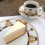60480925 - チーズケーキとコーヒー