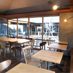 ひぐらしベーカリー - 1階のカフェスペース 中庭が見渡せます。