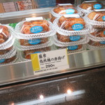 ほんのり屋 - ショーケースの薩摩悠然鶏の唐揚げ