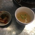 昭和大衆ホルモン - キムチとスープ