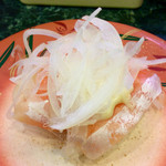 回転寿司一心 - 「オニオンサーモン」(110円)。