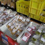 寺澤製菓株式会社 - 料理写真:ナッツ類にチョコレートをコーティングした創作チョコレート