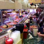 回転寿司一心 - 店内風景。リタイヤ組の常連など、平均年齢高め。