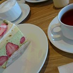 Smile洋菓子店 - 料理写真:いちごとピスタチオのケーキ、カプチーノ、紅茶