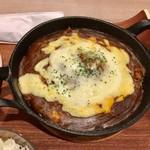 ビストロミナミヤ - チーズたっぷり熱々鉄板焼きカレーです。