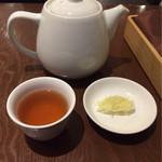 60496434 - セットのホットウーロン茶とシンラー(ネギの細切り)