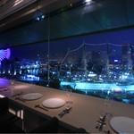 シェフズ・ブイ - 窓際のカウンター席からの夜景