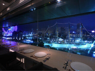 シェフズ・ブイ 横浜ランドマークタワー店 - 窓際のカウンター席からの夜景