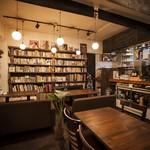 ヘイトアシュベリー - 店内の本棚にある本は自由に手にとって読んでください!