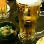 木村屋本店 - 生ビールはプレモル。お通しはイカとオクラのネバネバ。