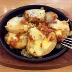 ポポラマーマ  - 「北海道ポテトとチーズのオーブン焼き」(280円)。盛り付けの手直し後に撮影。
