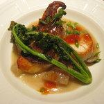 ラカント - 魚料理 愛媛県産真鯛とホタテ貝柱のポワレ、香草風味、大根と蓮根のコンソメ煮添え