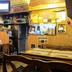 タイ料理 けん - 木の壁に木の棚は手作り? 壁には料理の写真を掲示