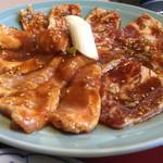 美福苑 - 豚肉盛合せ焼セット1,133円の豚肉〜♪