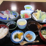 玄海 若潮丸 - いただいたお茶を飲んでると注文した玄海定食1500円の出来上がりです。