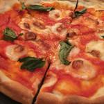 ビトレス - トマトとモッツァレラとバジルピザ 880円