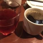 地下のスペインバル ALBA - ブルーベリージュースとホットコーヒー
