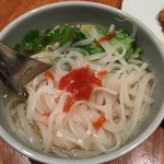マンゴツリーカフェ - 豚のガパオ&タイの汁そば(1,300円)シラチャーチリソース投入
