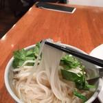 マンゴツリーカフェ - 豚のガパオ&タイの汁そば(1,300円)米の麺リフトアップ