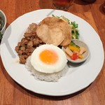 マンゴツリーカフェ - 豚のガパオ&タイの汁そば(1,300円)ガパオライスのほかに鶏唐揚げ、エビセン、パクチーグリーンサラダ、ピクルス
