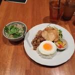 マンゴツリーカフェ - 豚のガパオ&タイの汁そば(1,300円)