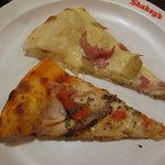 シェーキーズ - ほくほくポテトのホワイトカレーピザ(上) ローストチキンのピザ(下)