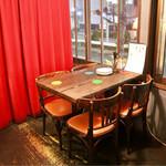 サアズデイオフ - 2階のテーブル席(窓際)