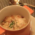 60540541 - スープは鶏とベーコンとクルトンが入ったクリーミーでボリューミーなスープ