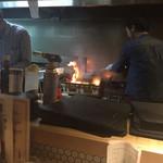 個室 霜降り肉寿司食べ放題 タテガミ - モモの炭火焼を調理中