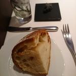 ヴァリノール - パンと黒ゴマのバター