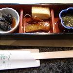サマルカンド柴藤 - 先付け 左:マグロ煮付け 右:もずく酢