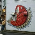 真鯛らーめん 麺魚 - 店の外のオブジェ?壁画?