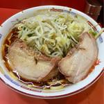 ラーメン二郎 - 大きな豚が2枚